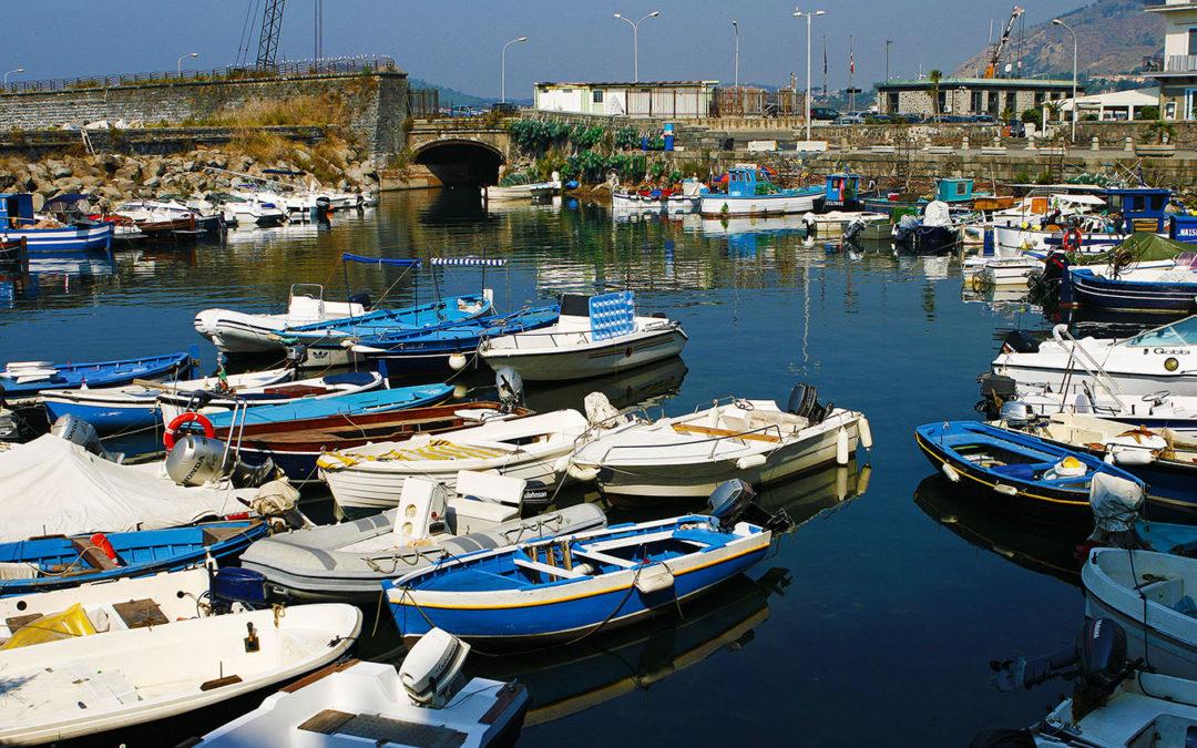 Vicoli, sorrisi, barche e pescatori.
